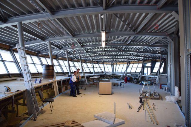 """Nová piváreň s výhľadom na park Na 3. poschodí sa čoskoro otvorí nová piváreň. """"Ak všetko pôjde podľa plánov, na jeseň tohto roku otvoríme piváreň s kapacitou 120 miest na sedenie vo vnútri a s veľkou terasou s výhľadom na Mestský park, ktorá bude zahŕňať ďalších 150 miest. Plánujeme výrobu vlastného pivka. Bude sa tam podávať aj kvalitné, chutné jedlo,"""" prezradil Michal Pompura, prevádzkar reštaurácie Panoráma.(SZ)"""